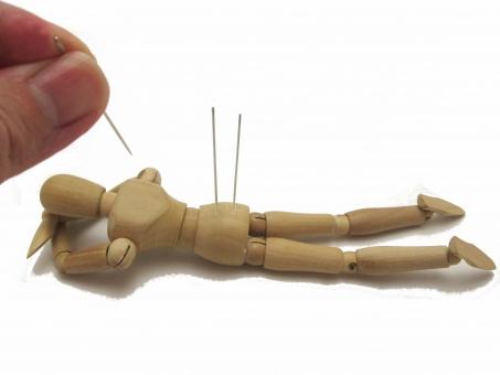 人形に鍼灸しています